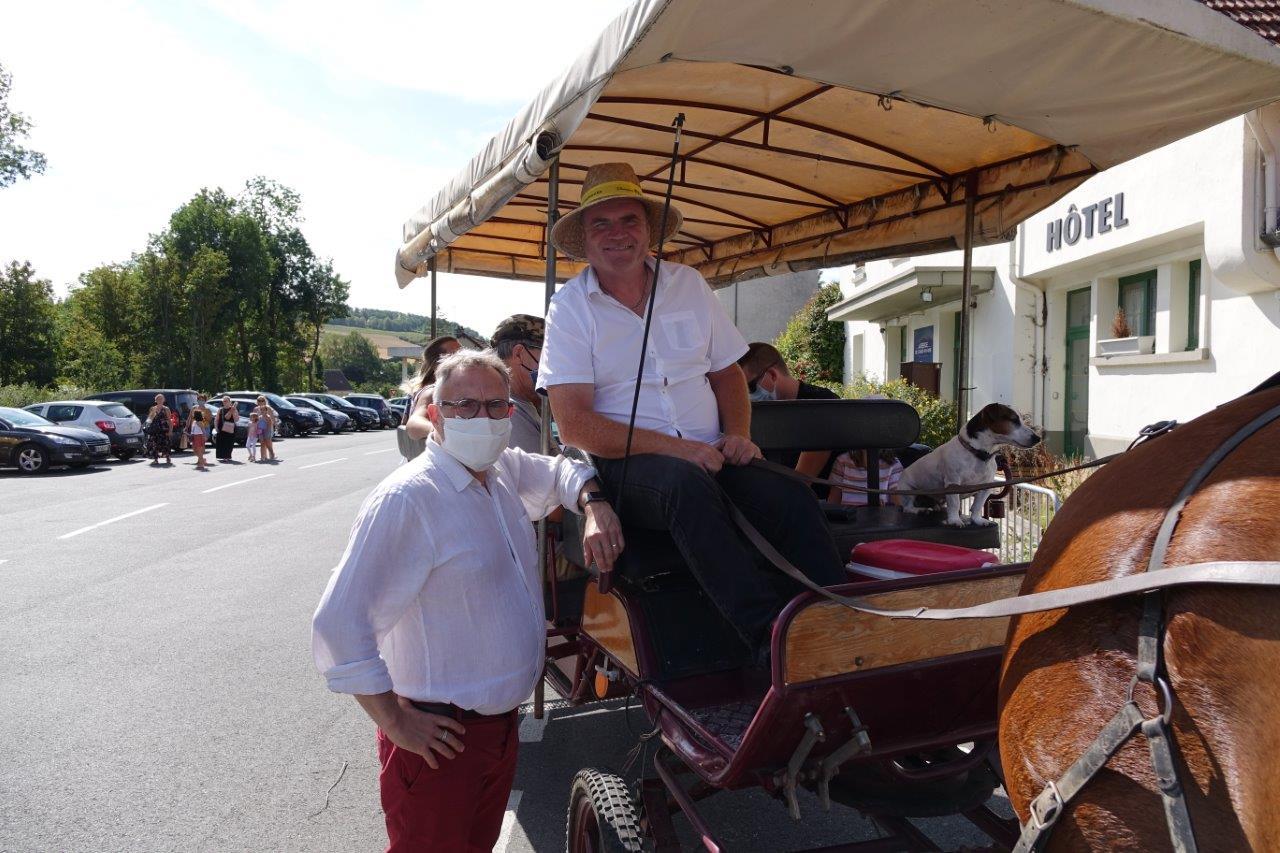Jérôme de Juriew, d'Un trait d'avance à Orbaye-l'Abbaye, a emmené les visiteurs faire un tour de char-à-bancs dans les rues du centre bourg...