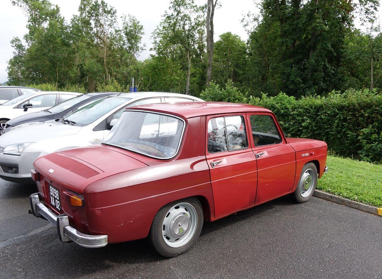 Au marché campagnard de Condé-en-Brie, on y vient également en Renault 8 S de 1969.