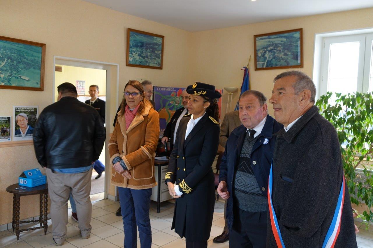 Patrick Monchicourt présente l'exposition mémorielle installée dans une salle de la mairie...