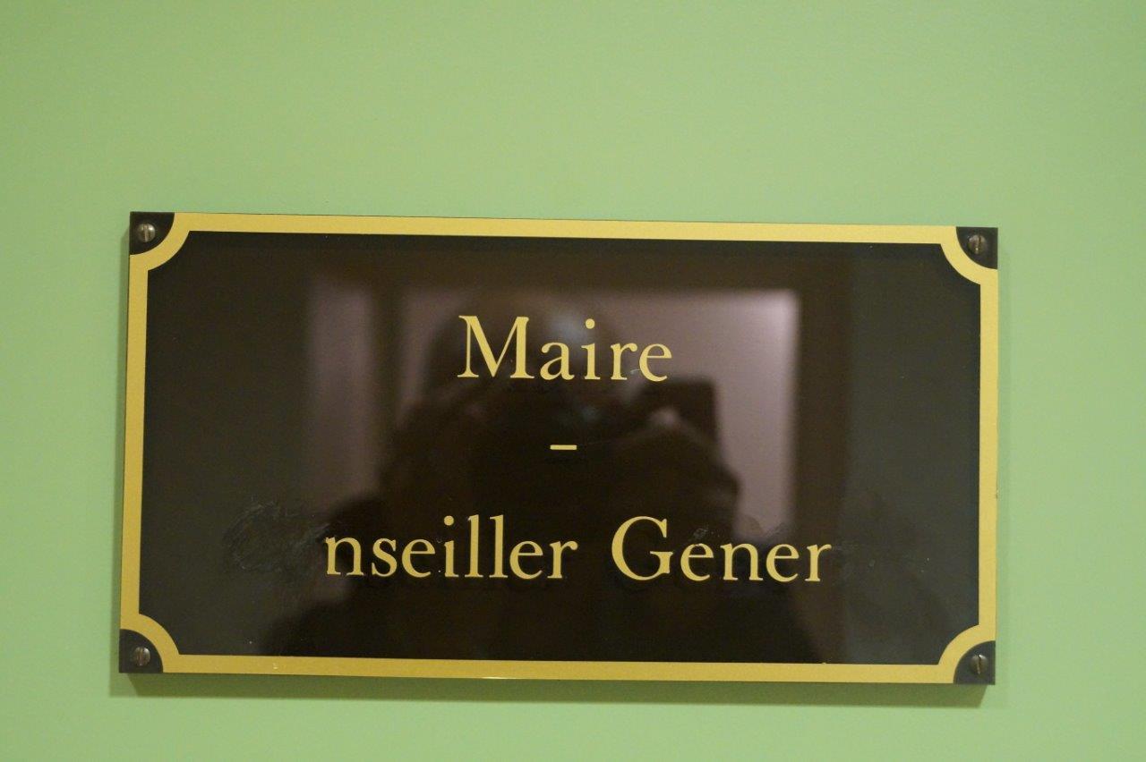 Quelques jours avant l'élection, l'ancien maire Christian Bruyen avait commencé à effacer son titre de Conseiller général de la Marne collé sur la porte de son bureau.