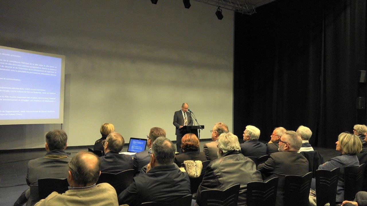 Certains spectateurs suivent le discours d'Etienne Haÿ sur un écran géant...