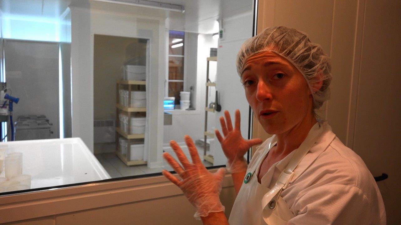 Marina est la patronne du labo.