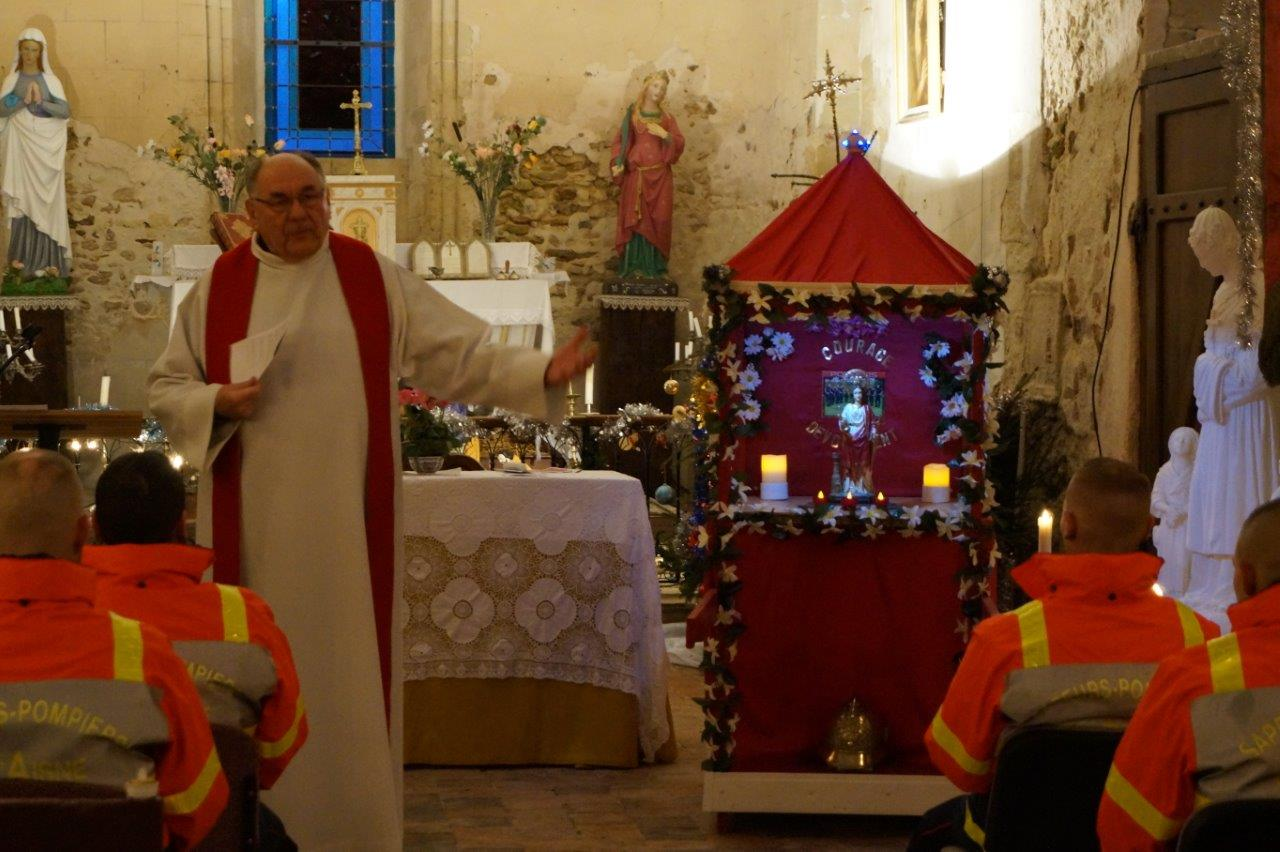 L'abbé Henri Gandon accueille Sainte-Barbe (à sa gauche) et la grande famille des sapeurs-pompiers...