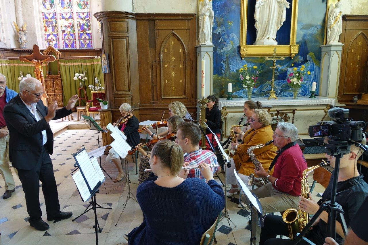 Sous la baguette du directeur José Luton, l'orcheste de l'École intercommunale de musique de Crézancy/Jaulgonne assure la partie musicale lors de l'office.