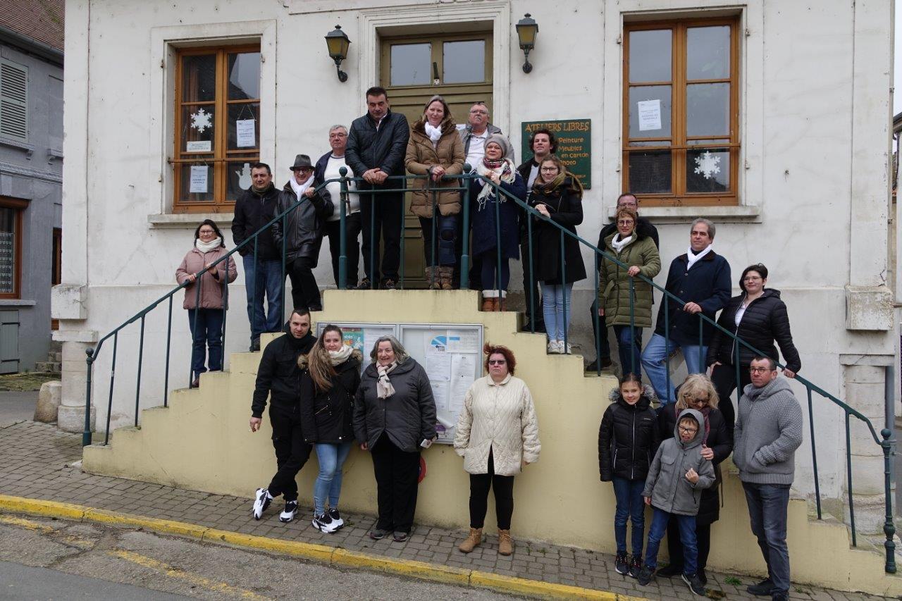 Des électeurs sont venus à la rencontre des candidats, au pied de l'escalier de l'ancienne maison commune qui accueillait un juge de paix.