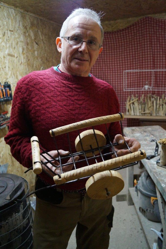 Cette charette, en bois flotté et fer forgé, a demandé une journée de travail.