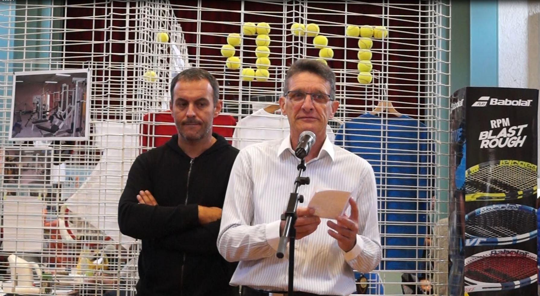 De gauche à droite : Manuel Cordeiro et Michel Courteaux accueillent les associations à la salle des fêtes de Dormans.
