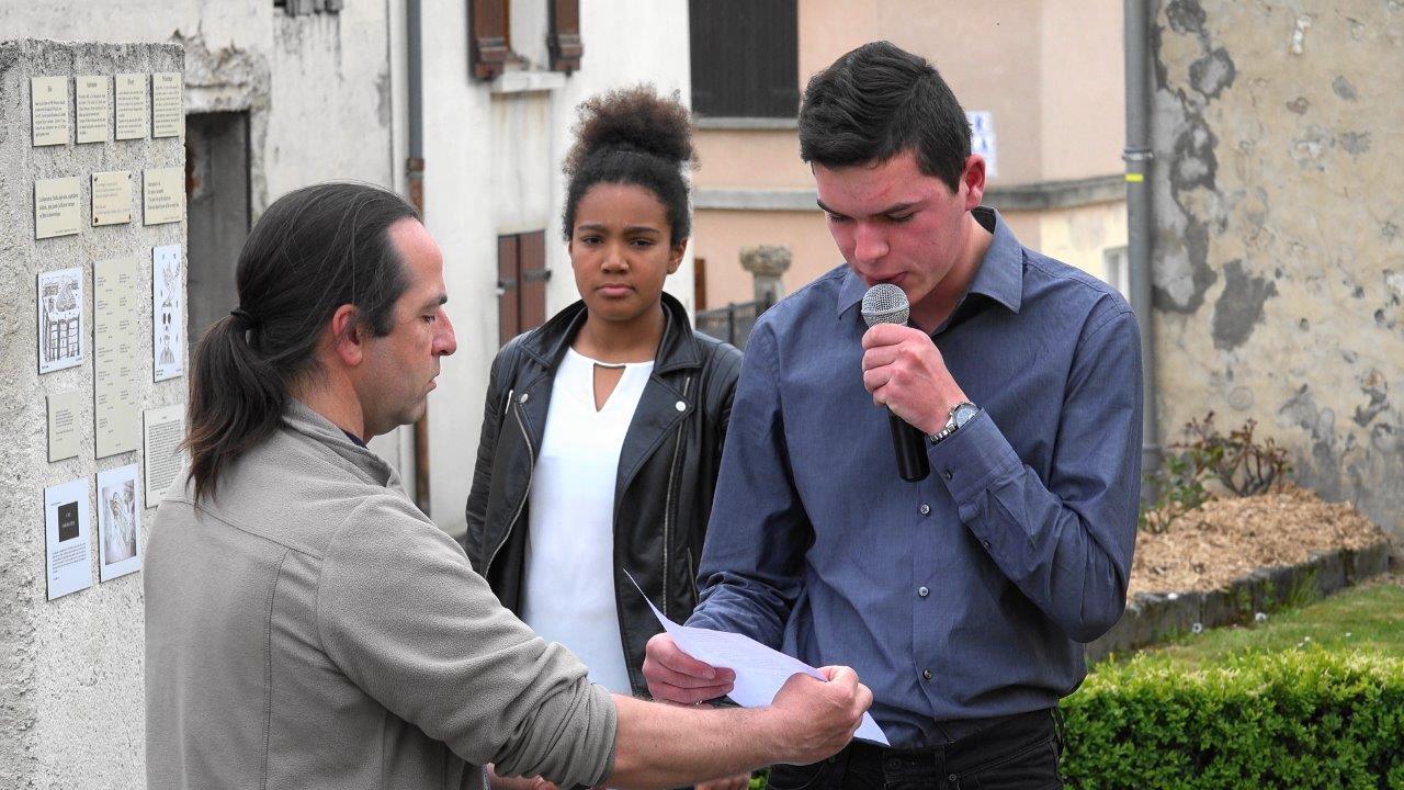 De jeunes récitants de la commune nouvelle lisent des lettres de déportés.