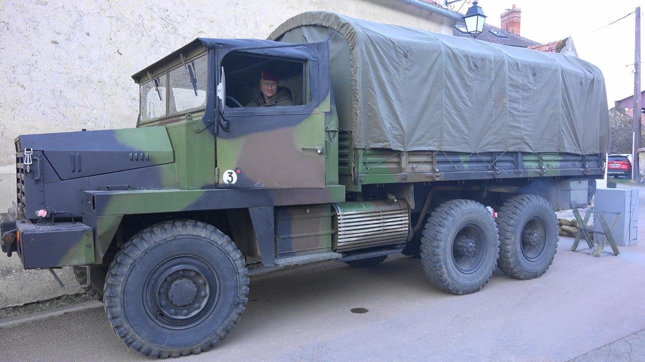 """Les membres de l'association Véhicules Militaires.com sont venus à bord d'un Berliet GBC 8 KT. """"La bonne à tout faire de l'armée""""..."""