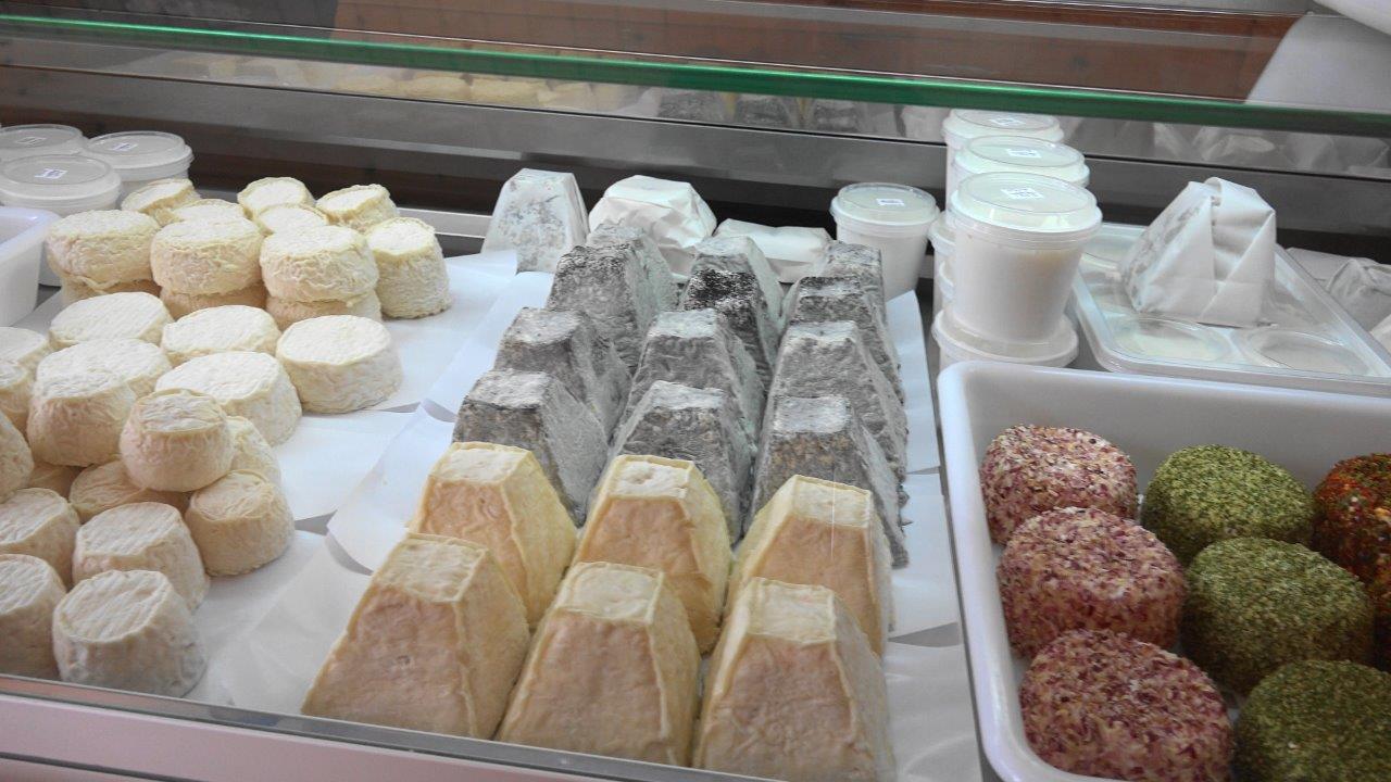 Les fromages fermiers font leur réapparition dans la vitrine réfrigérée du chalet-boutique de la chèvrerie.