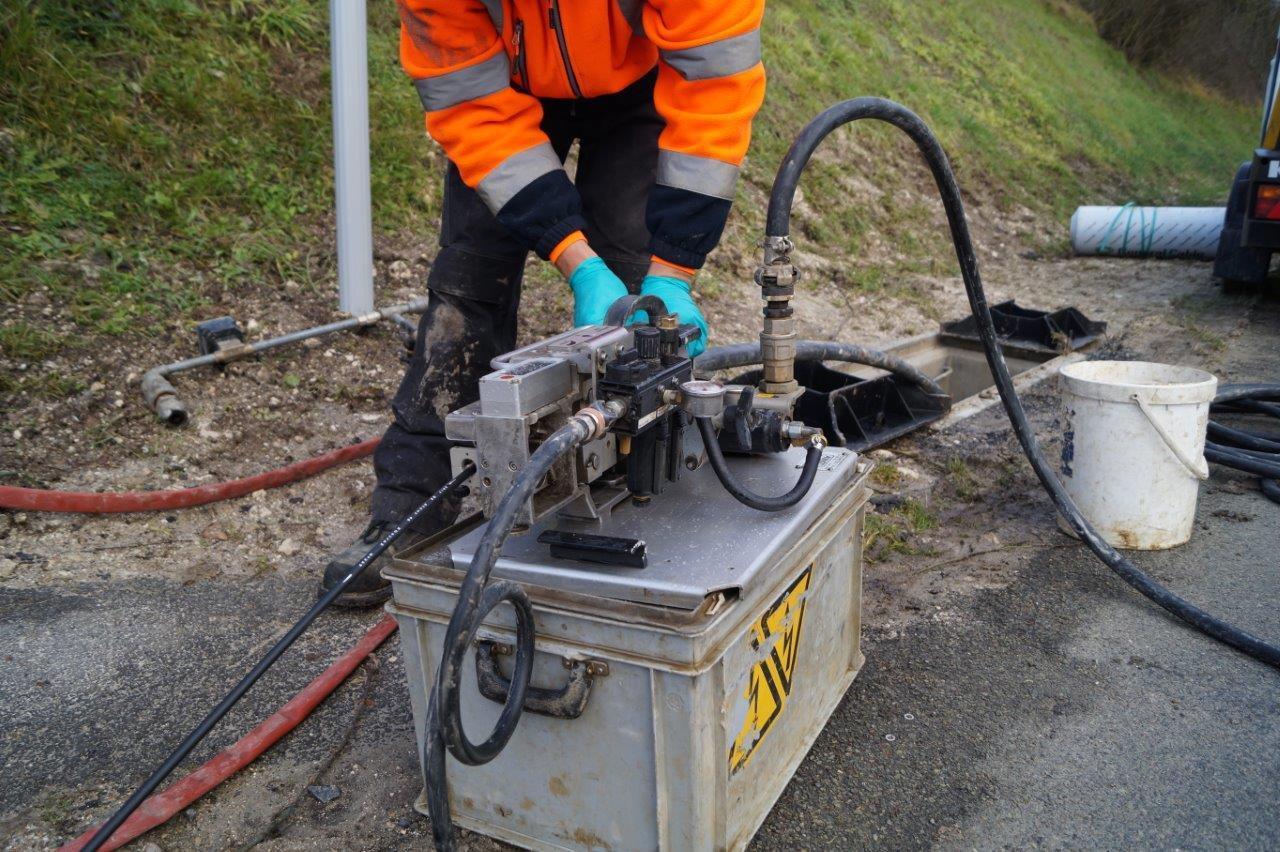 L'eau et le câble sont introduits simultanément dans le fourreau par un système d'entrainement...