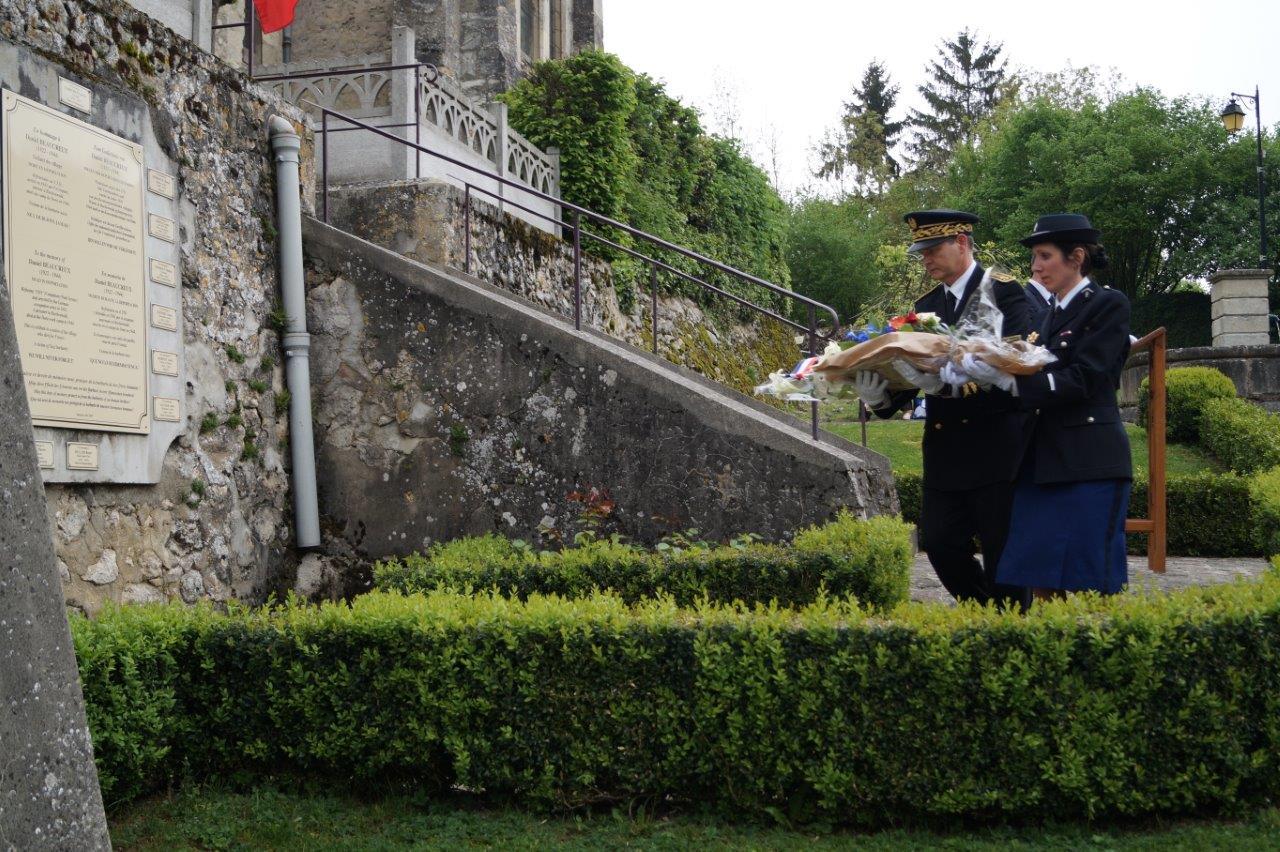 Le sous-préfet Ronan Léaustic et Daphnée Texier, commandant la Brigade de gendarmerie de proximité de Condé-en-Brie déposent à leur tour une gerbe de fleurs.