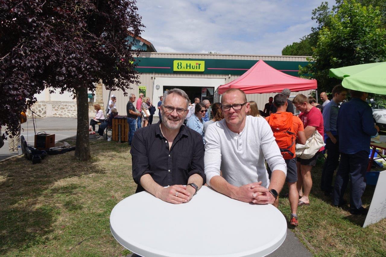 De gauche à droite : Dominique Moyse et Georges Lefebvre sont satisfaits du lancement de ce marché de producteurs locaux.