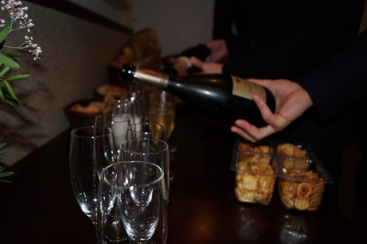 Le breuvage local est servi en attendant l'intervention du président de la section viticole...