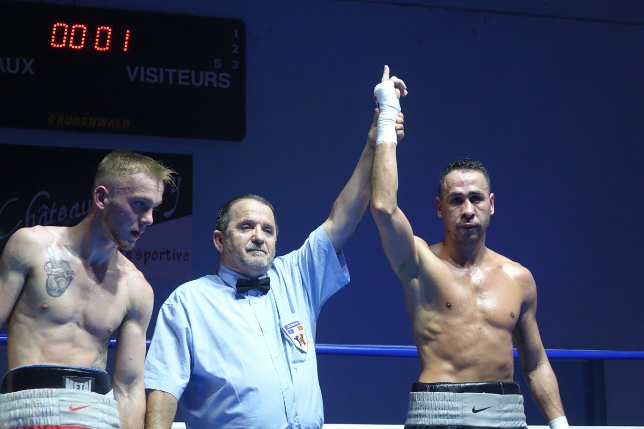 En catégorie PRO, à droite, le castel Youssef Ouali (61kg) remporte son combat face à Jimmy Lecomte (61kg) de Béthune.