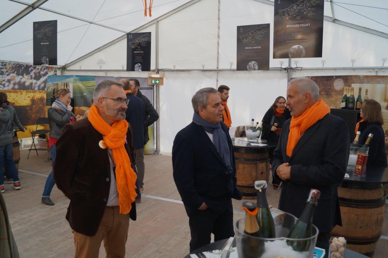 De gauche à droite : Dominique Moyse, conseiller régional et Xavier Bertrand, président du Conseil régional Hauts-de-France, saluent chaque vigneron exposant.