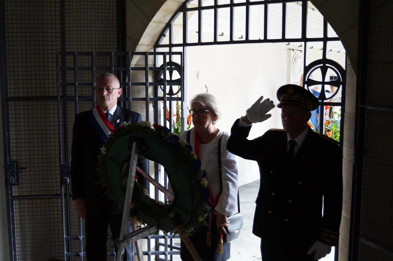Une couronne de fleurs est déposée par Eric Girardin, Françoise Férat et Denis Conus.