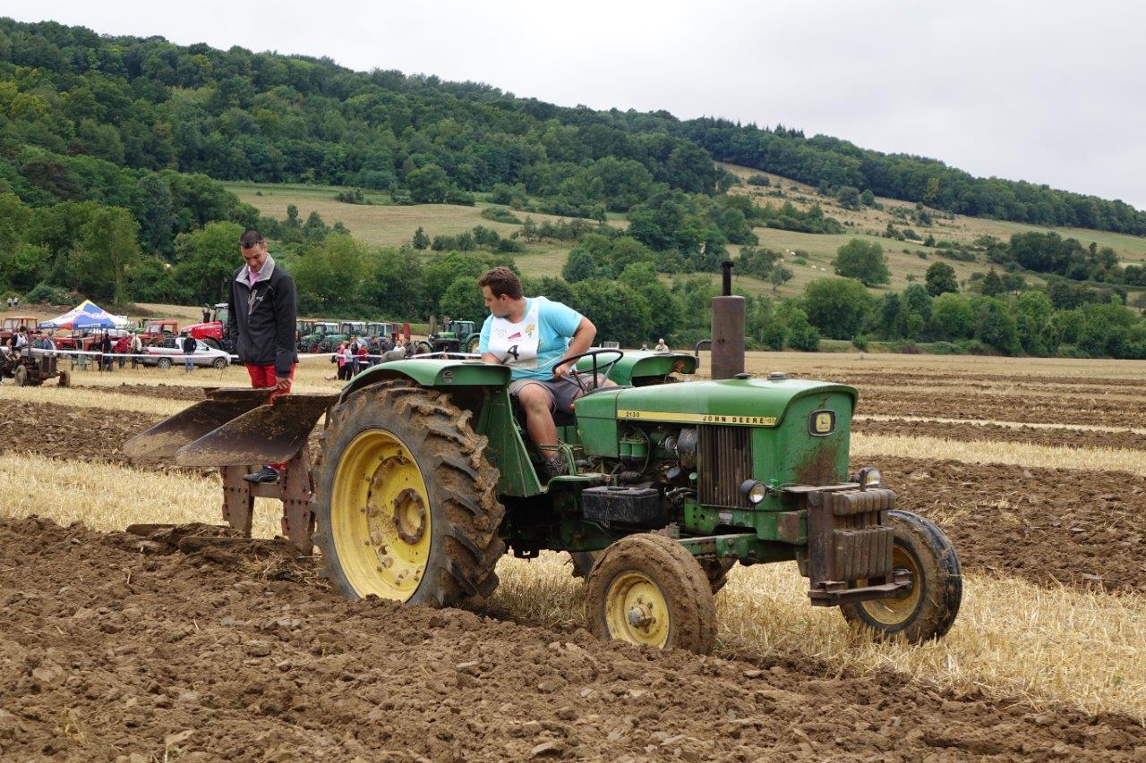 Les jeunes agriculteurs de l'Aisne labourent leur parcelle avec application....