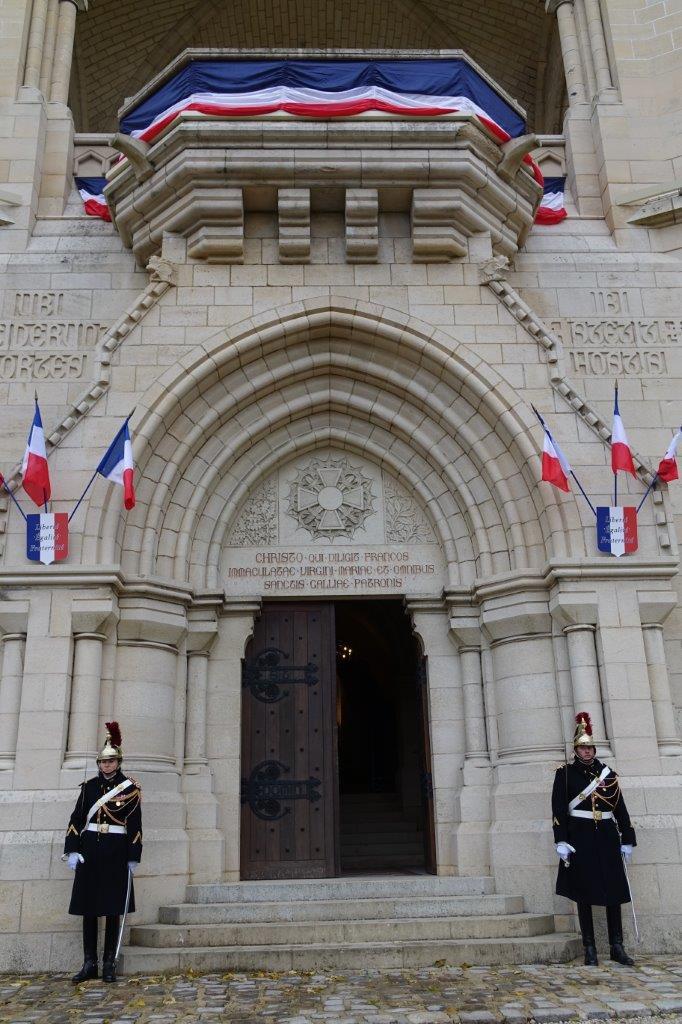L'édifice était pavoisé aux trois couleurs de la République.