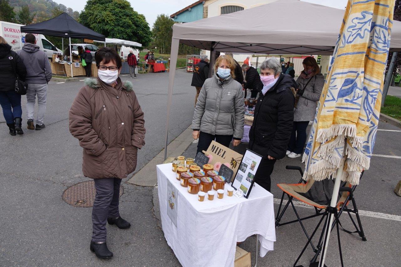 À gauche : La maire de Montlevon, Nelly Guedrat, est une fidèle du marché de plein air.