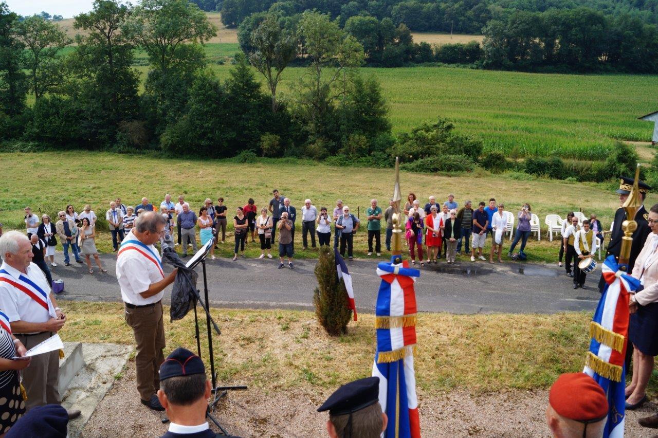 Placée en contrebas du monument, la population suit avec beaucoup d'attention le déroulement de la cérémonie...
