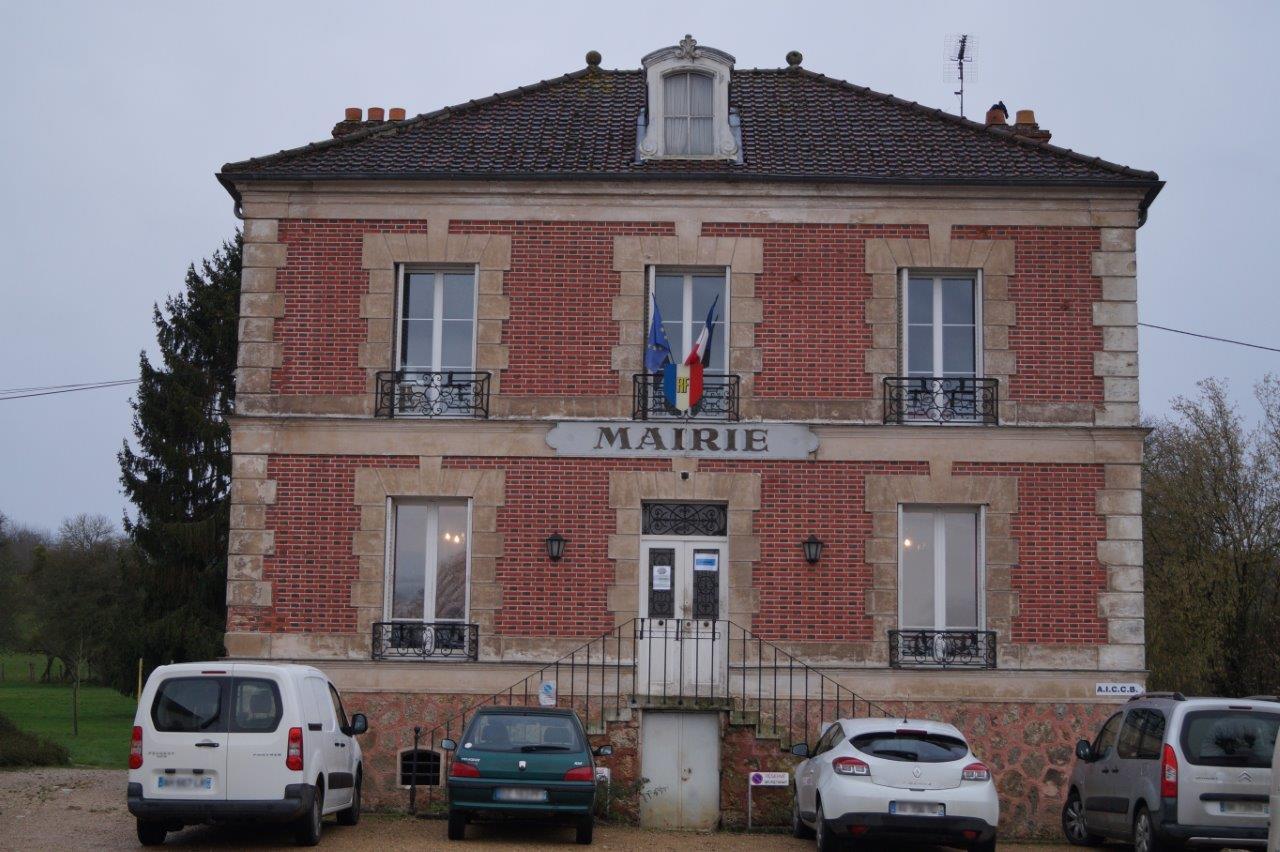 L'accès au secrétariat de la mairie condéenne se fait côté parc.