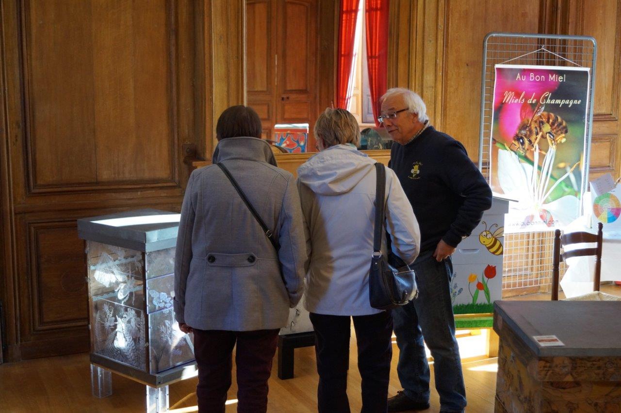 André-Claude Deblock présentait une magnifique collection de ruches décorées par le collectif d'artistes Bz Art.