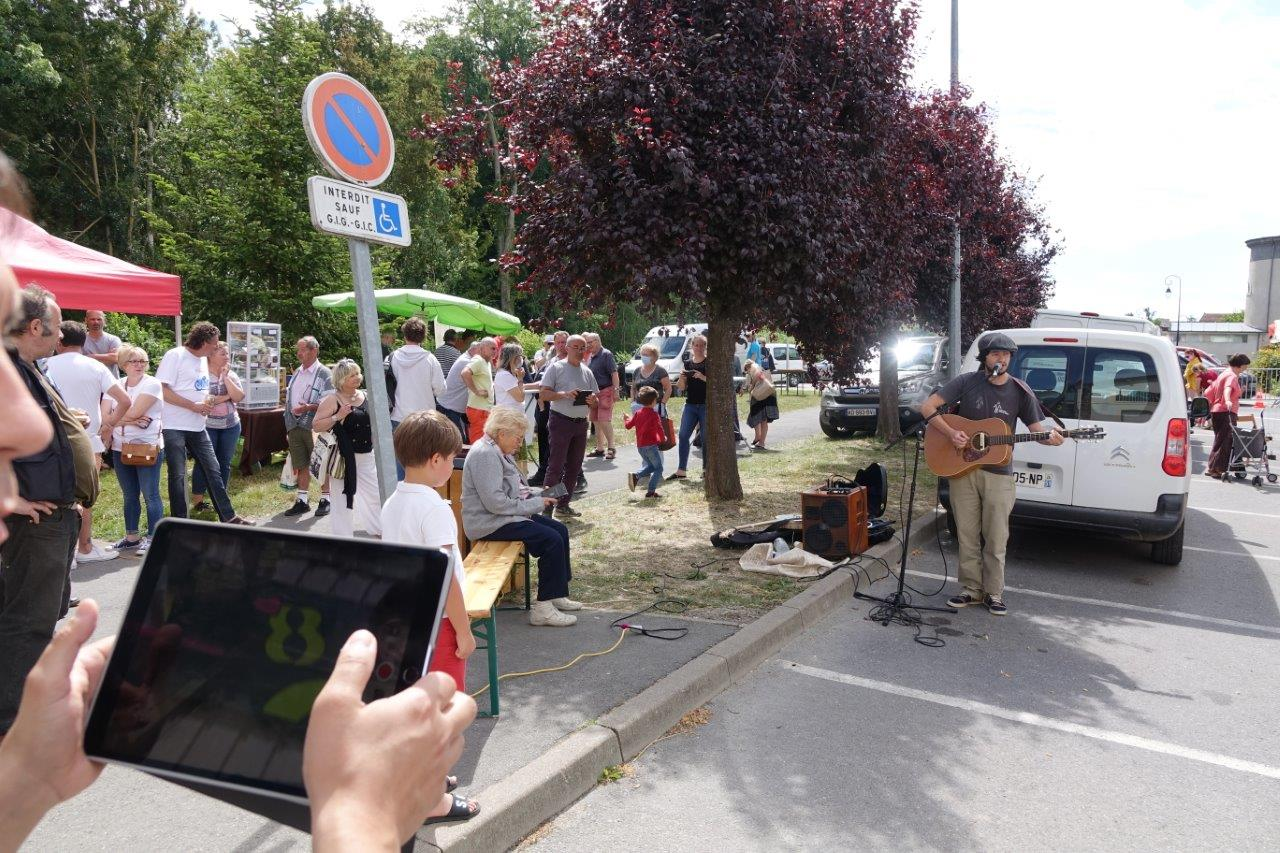 Fête de la Musique oblige, le chanteur sud axonais Rafi Stolé a ambiancé le marché en fin de matinée...
