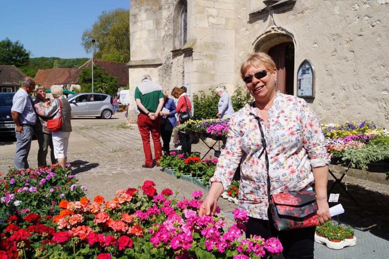 La présidente d'un comité des fêtes voisin est scotchée non pas par l'affiche de la prochaine brocante, mais par la beauté de ces géraniums vivaces doubles.