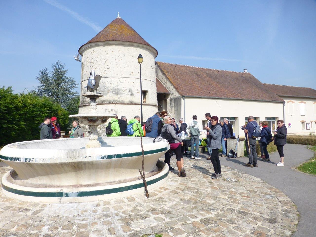 A Pavant, les marcheurs se laissent séduire par le charme d'une vieille fontaine et du pigeonnier.