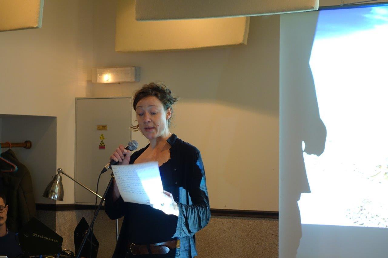 Julie Moulier, comédienne, diplômée du Conservatoire de Paris, joue régulièrement au théâtre et au cinéma.