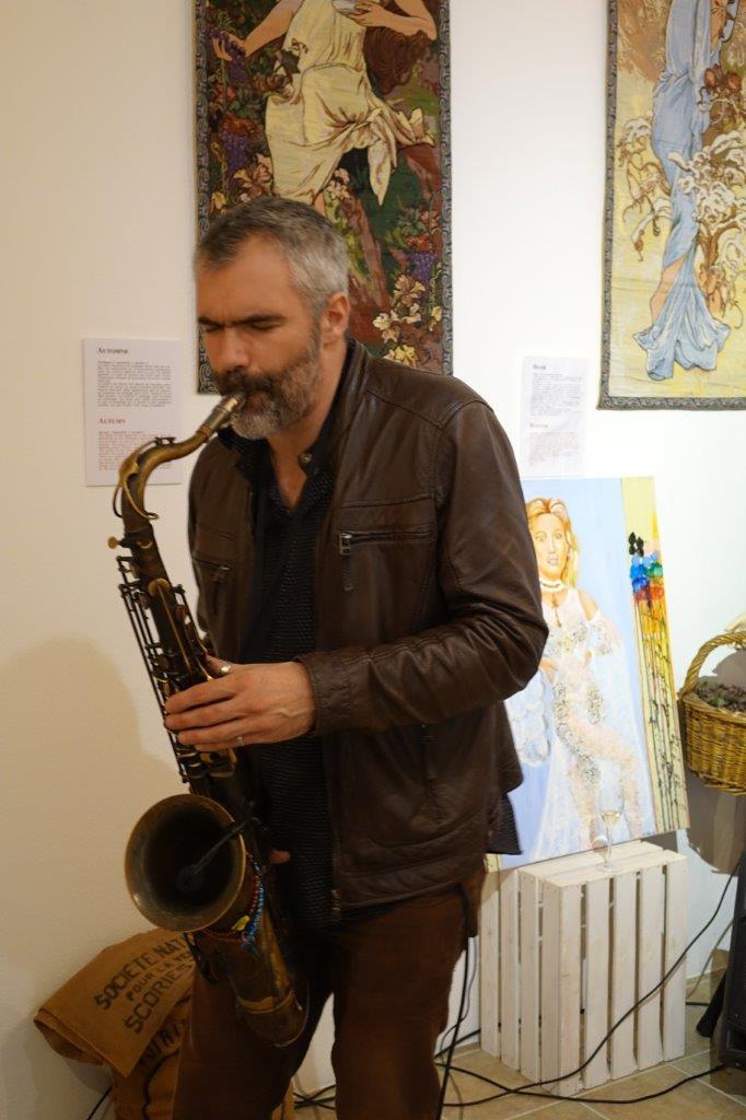 Le saxophoniste Doctor Pier a ambiancé le vernissage.