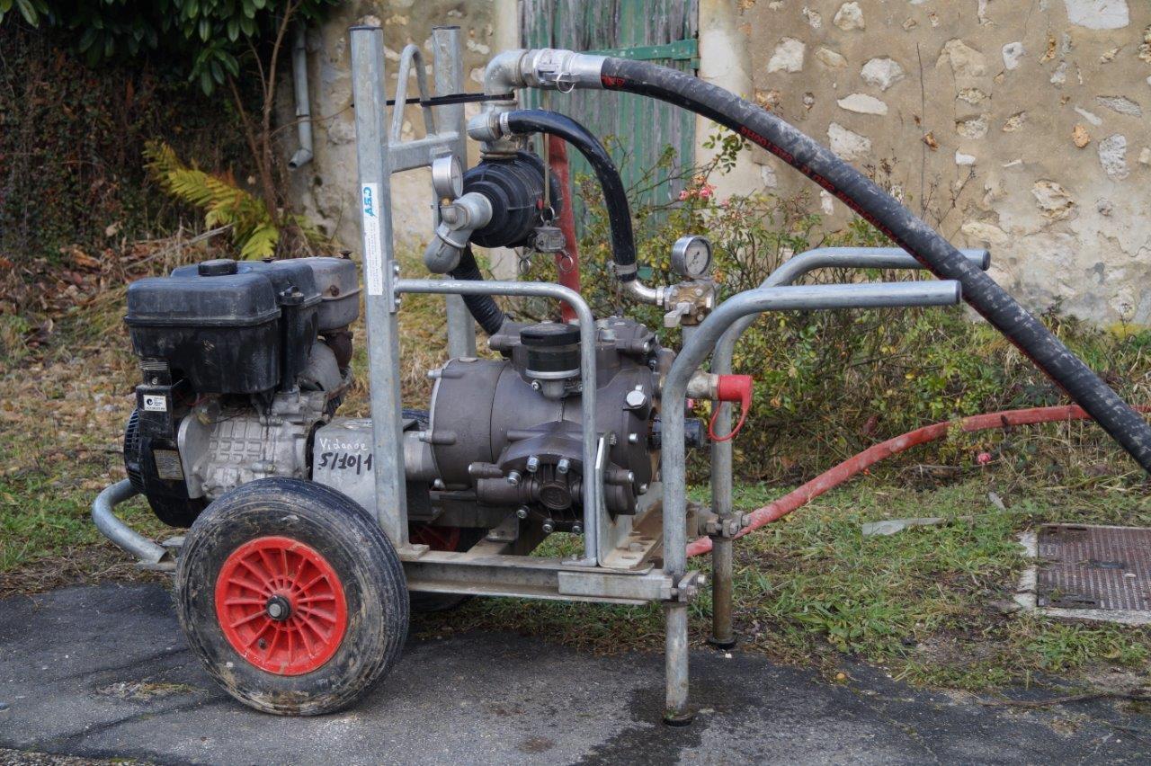 Une pompe est nécessaire pour refouler l'eau.