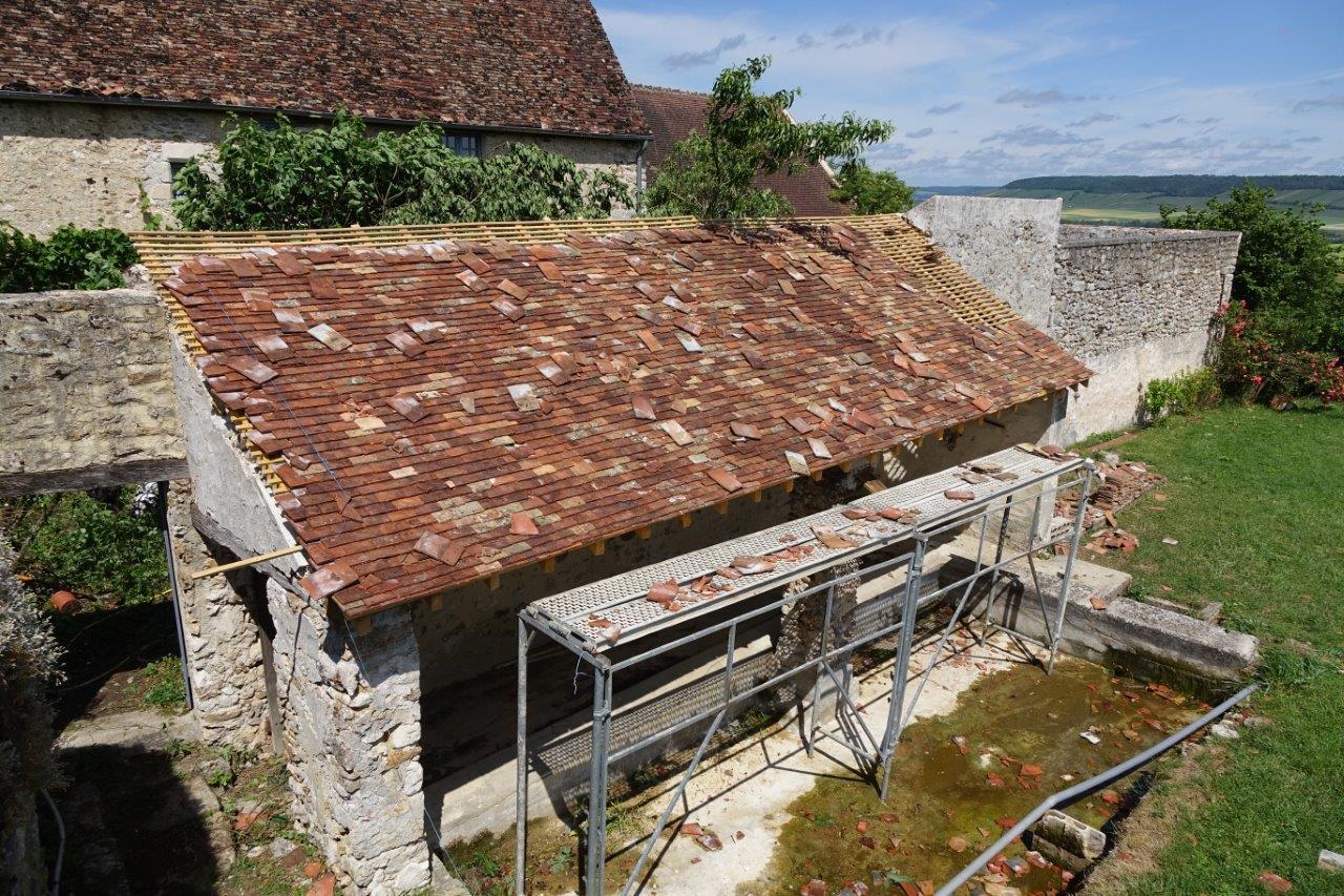 La rénovation de la toiture du lavoir était presque terminée.