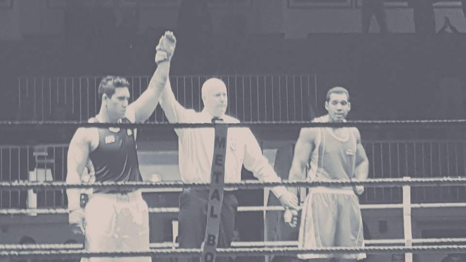 """A gauche : Teinaki """"Aito"""" Rapu-Haoa est déclaré vainqueur aux points de la finale Novice Super-lourds des Championnats de Picardie de boxe amateur."""