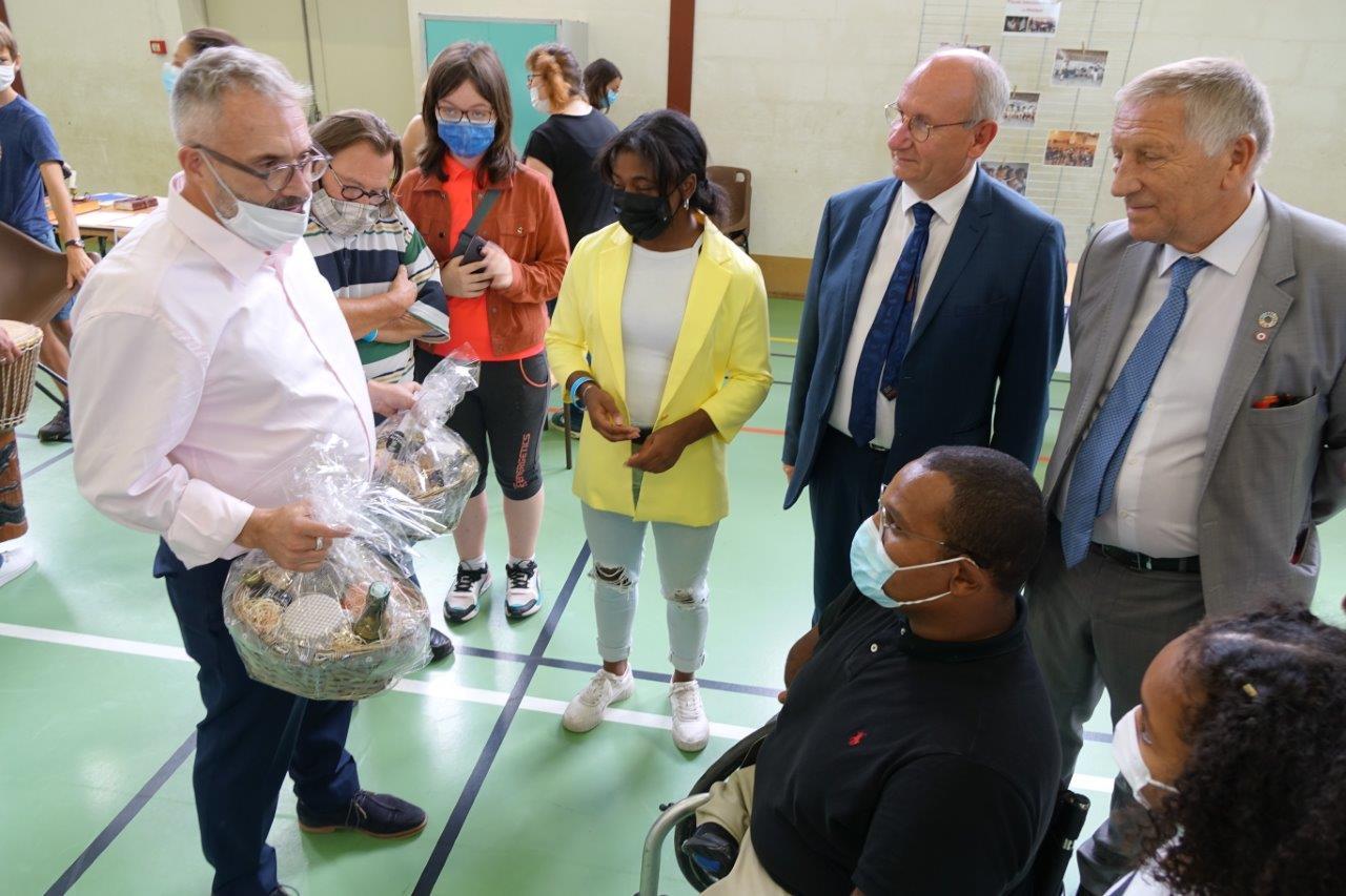 Dominique Moyse, conseiller régional Hauts-de-France et maire du bourg centre bourg de Condé-en-Brie a remis une corbeille garnie de produits locaux aux deux champions.