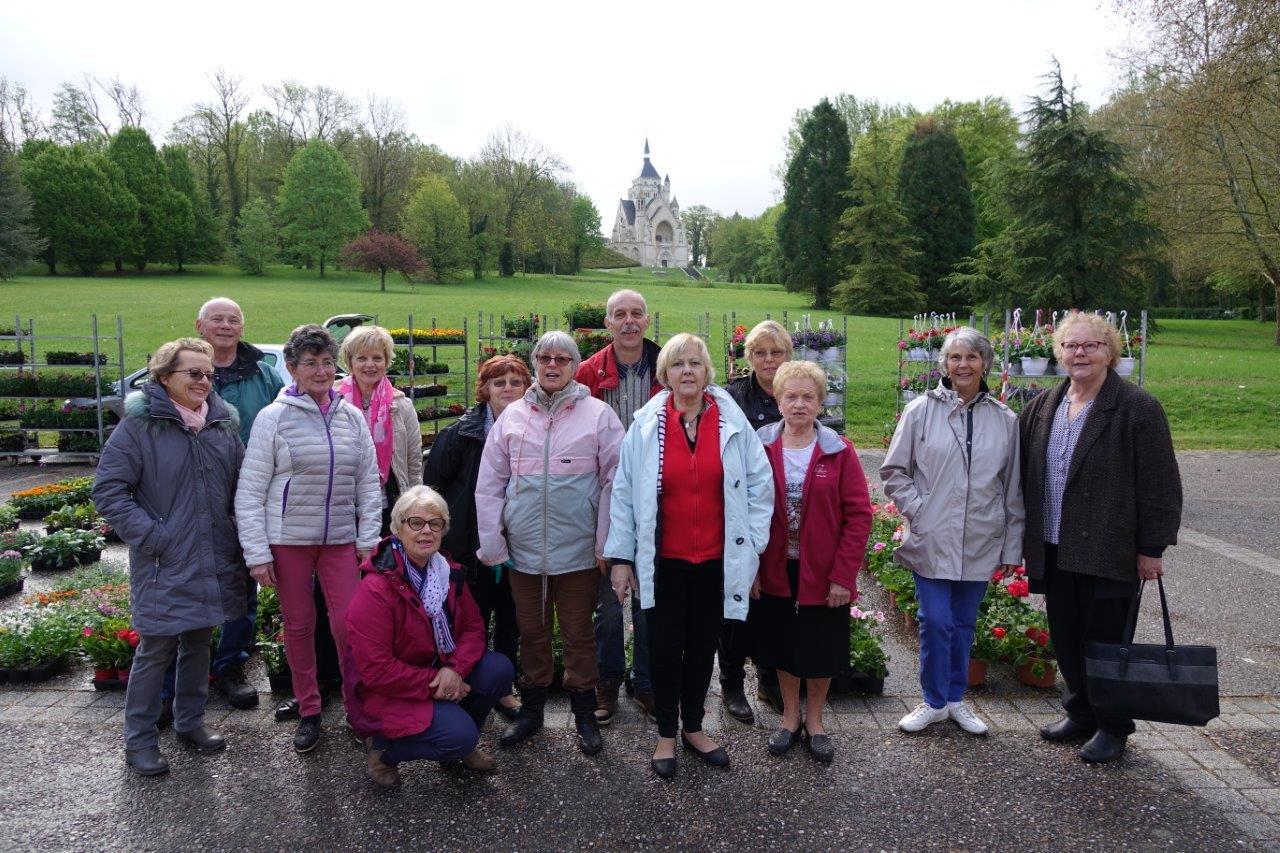 Les bénévoles de l'association du fleurissement de Dormans et ses hameaux entourent leur président, Fabrice Rime (au second plan, au centre).