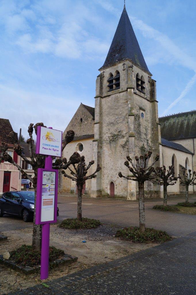 Condé-en-Brie. Ligne TAD G : l'arrêt Place de l'Eglise.