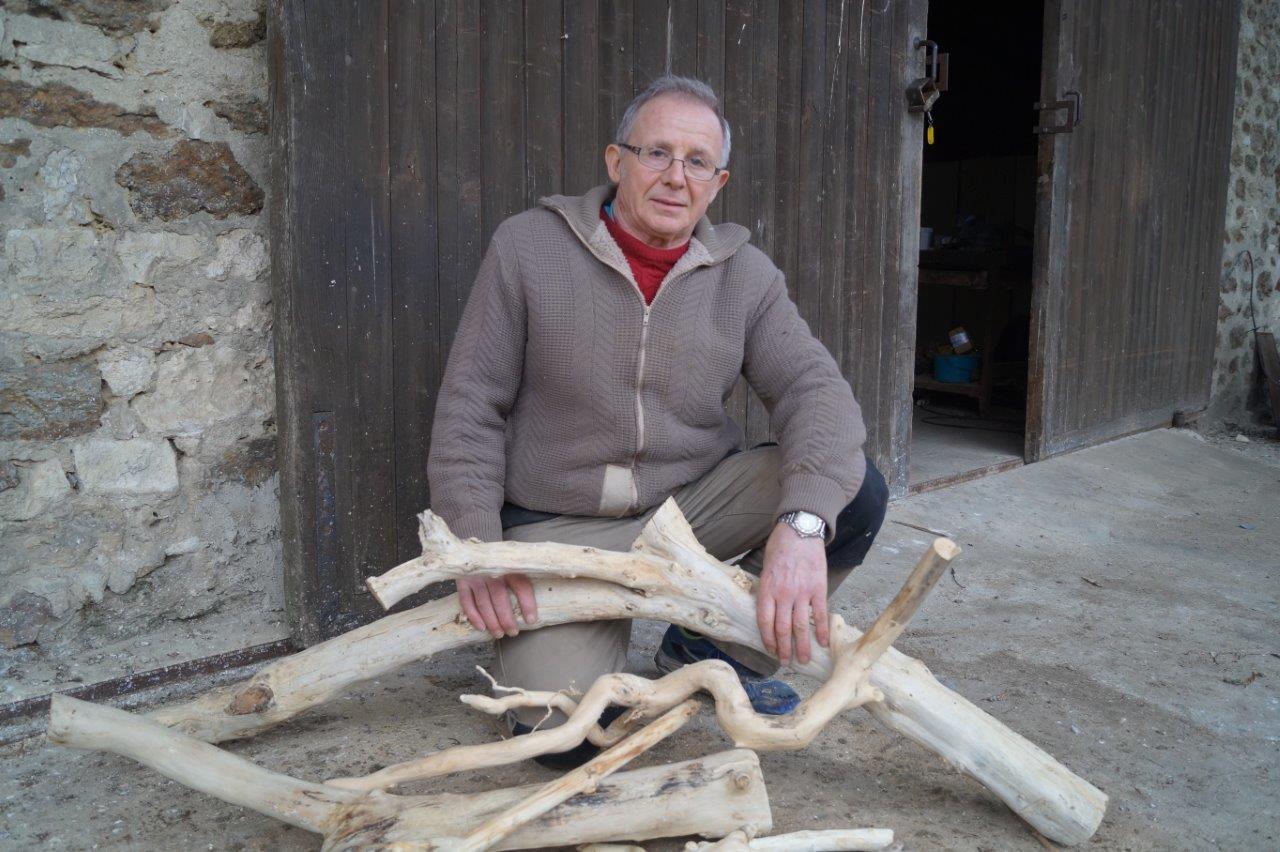 Après séchage du bois, le travail de l'artisan peut commencer...