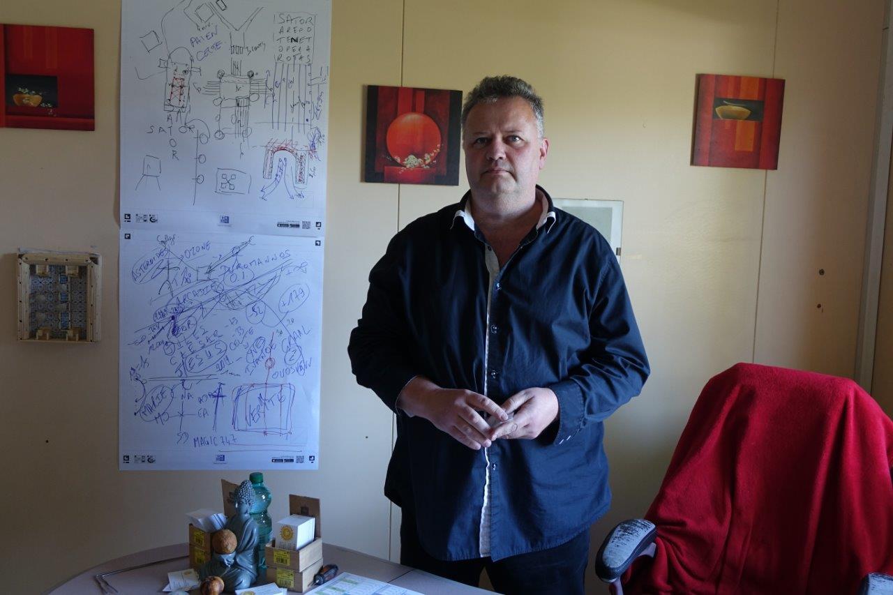 Eric Barthélémy, écrivain public, magnétiseur et sourcier, a trouvé ici son bureau.