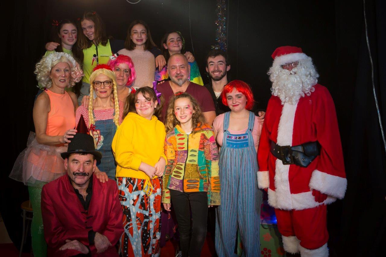 La troupe de comédiens amateurs et le Père Noël.
