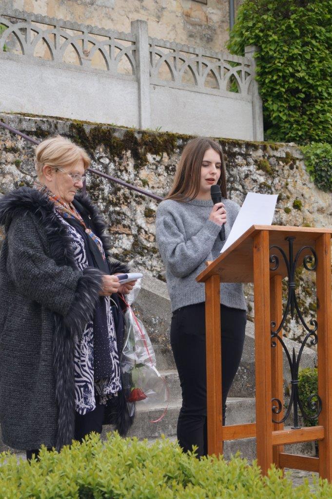 Emilie Picart, une adolescente de La Chapelle-Monthodon, commune de Vallées-en-Champagne, lit le message commun des associations de déportés.