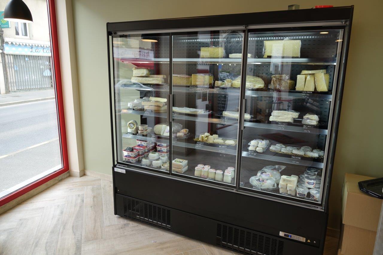 La cave à vins sera située entre la baie vitrée et la cave à fromages.