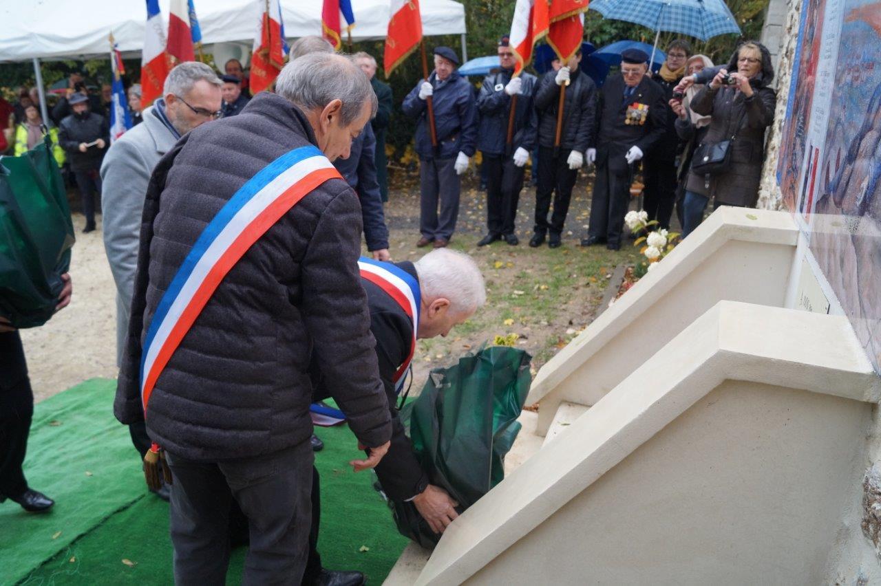 Les élus déposent des gerbes de fleurs au pied du monument...