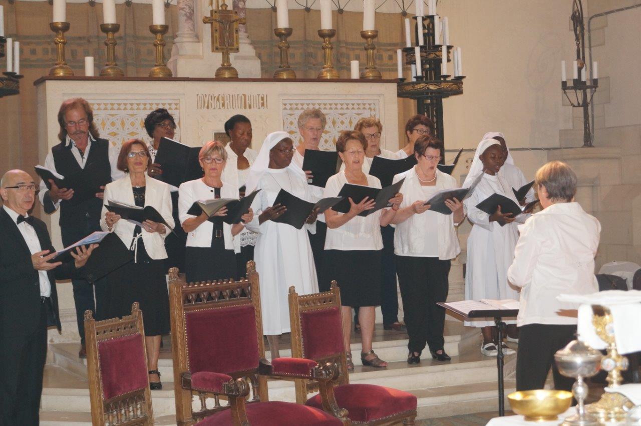 La chorale paroissiale a soutenu la prière de l'assemblée par le chant.