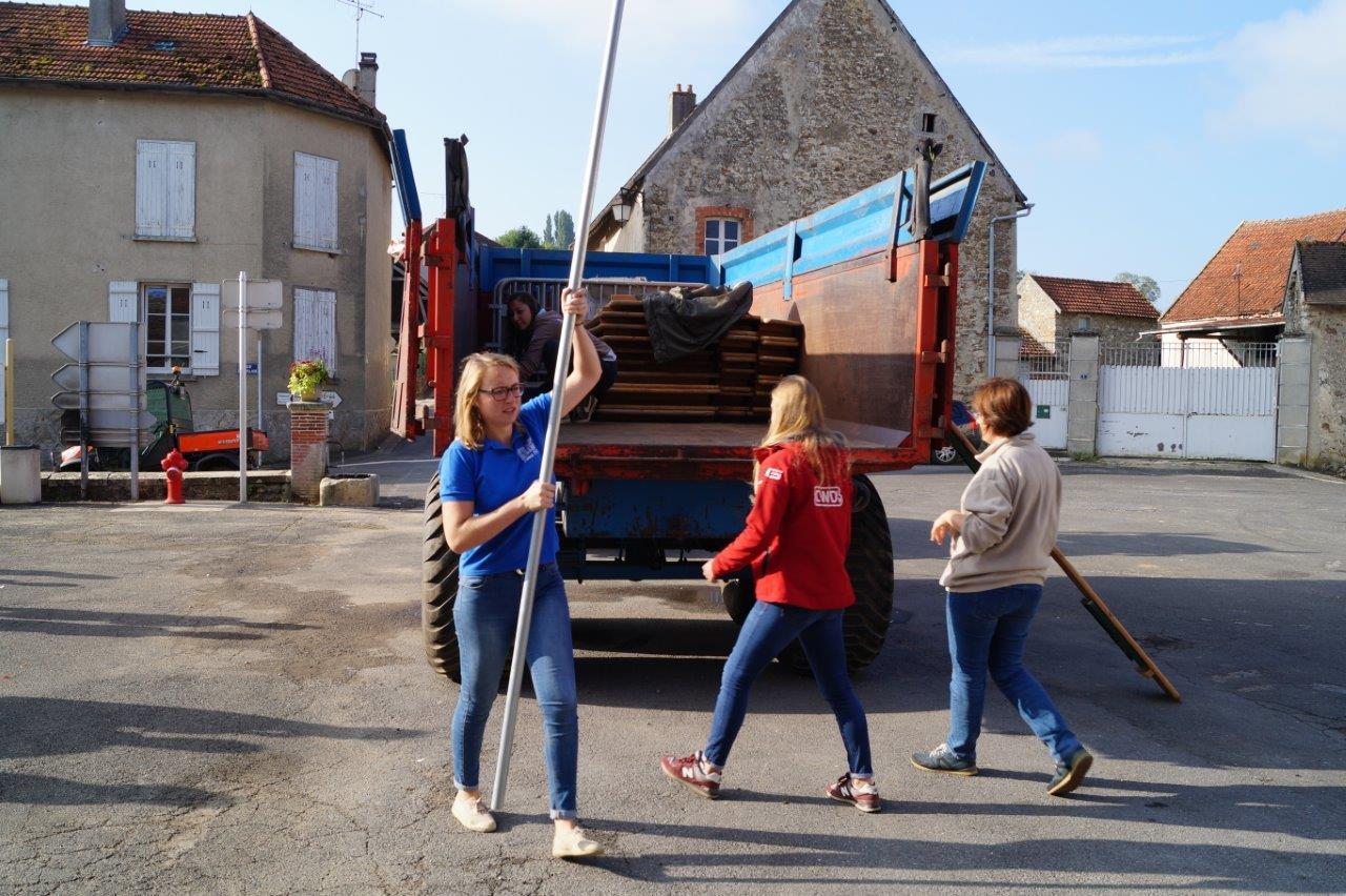 Dès potron minet, les forces vives du bourg, aidées d'habitants des 2 autres communes (Baulne-en-Brie et Saint-Agnan) s'attaquent au montage des chapiteaux.