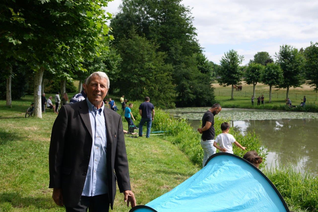L'association de pêche La Vandoise, présidée par Denis Van Gysel (photo) a déversé 100kg de truites dans l'étang du château de Dormans pour la pêche républicaine..