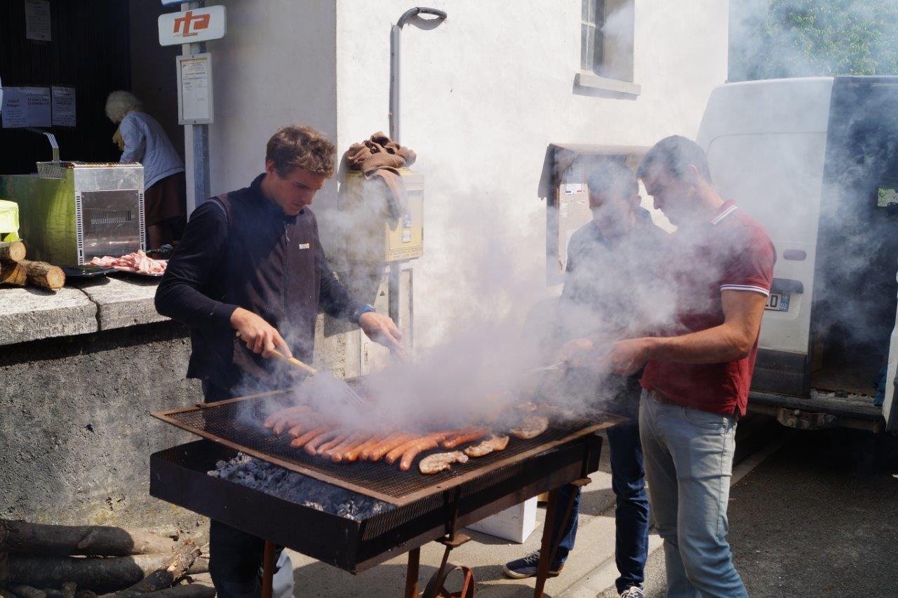 A midi, joueurs et spectateurs se sont rués sur les grillades et frites préparées par les bénévoles du Comité des fêtes.