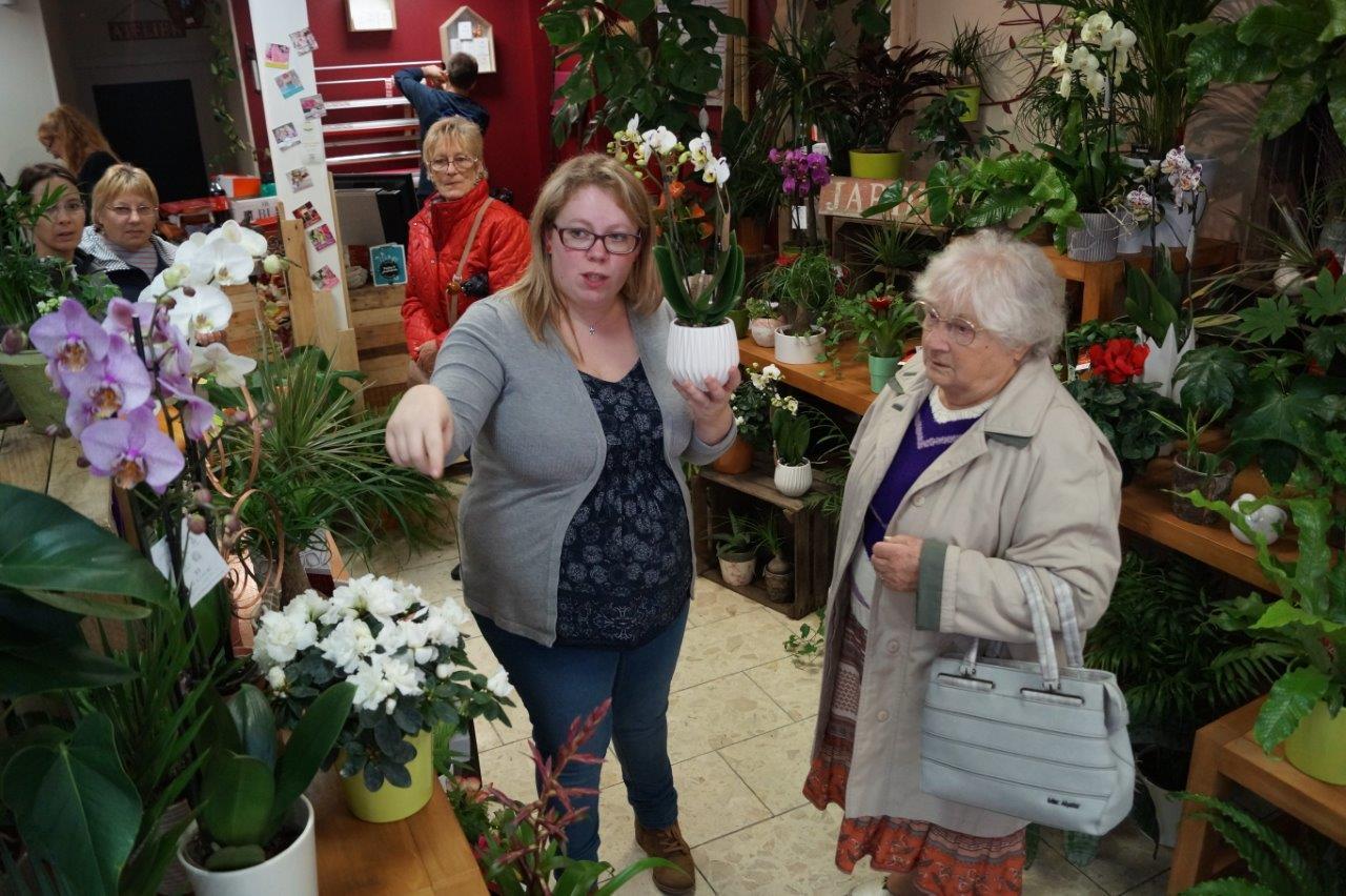 Sandra, artisane passionnée, prodigue toujours de bons conseils avant un achat.