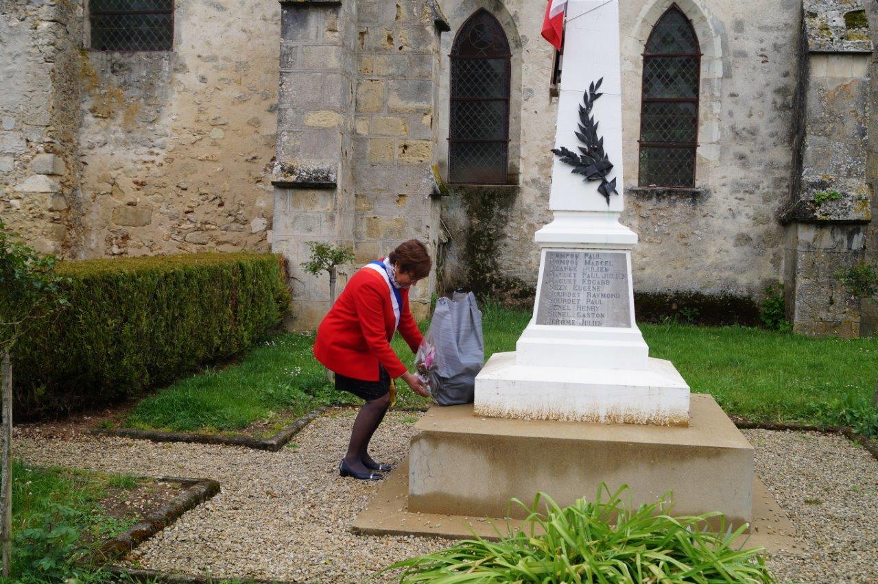 La Chapelle-Monthodon : Jacqueline Picart, maire déléguée, dépose une gerbe de fleurs au monument aux morts.